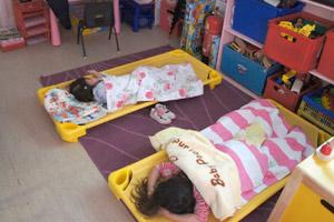 ナーサリー 1日の流れ フィンチリー&アクトン 昼寝